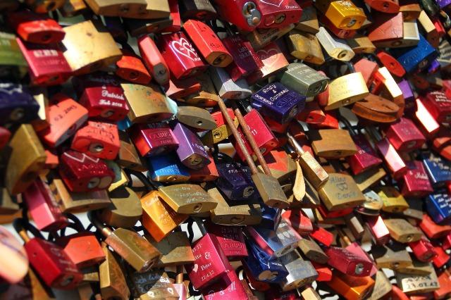 padlocks-337569_1920.jpg